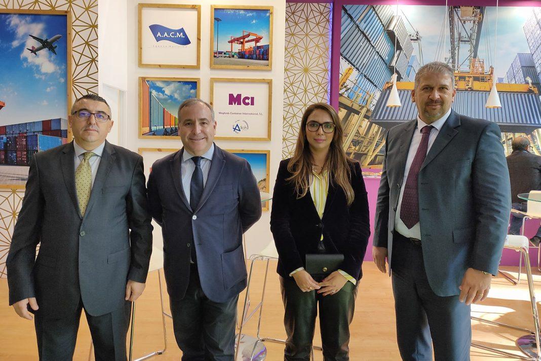 Mohand Ameziane Lucas Estarellas y Amina Zahr en el stand de MCI min